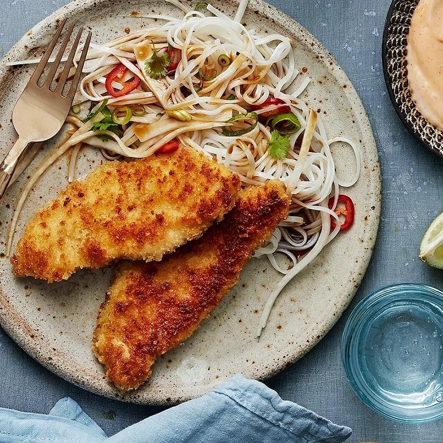 Kycklingschnitzel med nudelsallad och srirachamajo