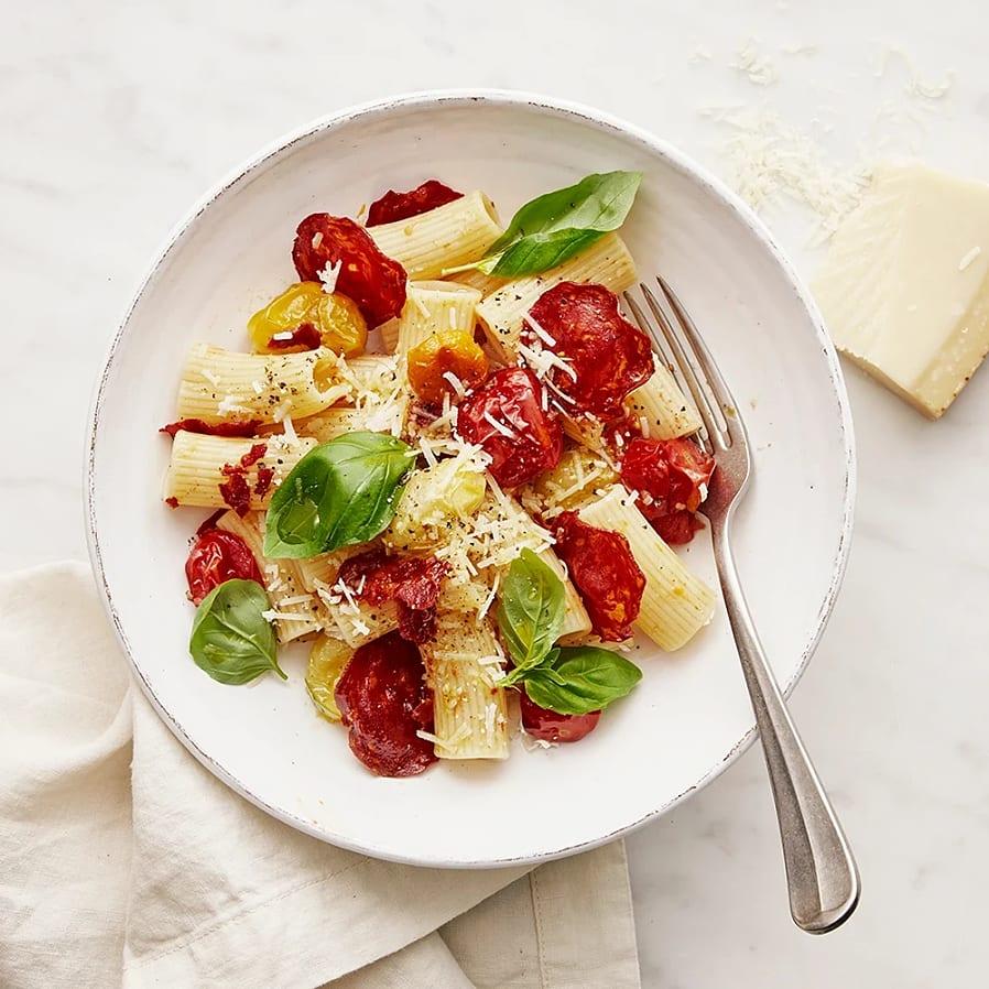 Pasta med rostade tomater och salamichips