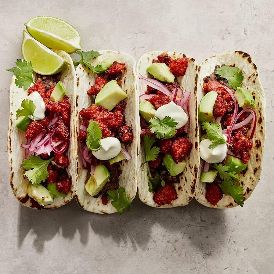 Taco med krispig korv, syrad lök och refried beans