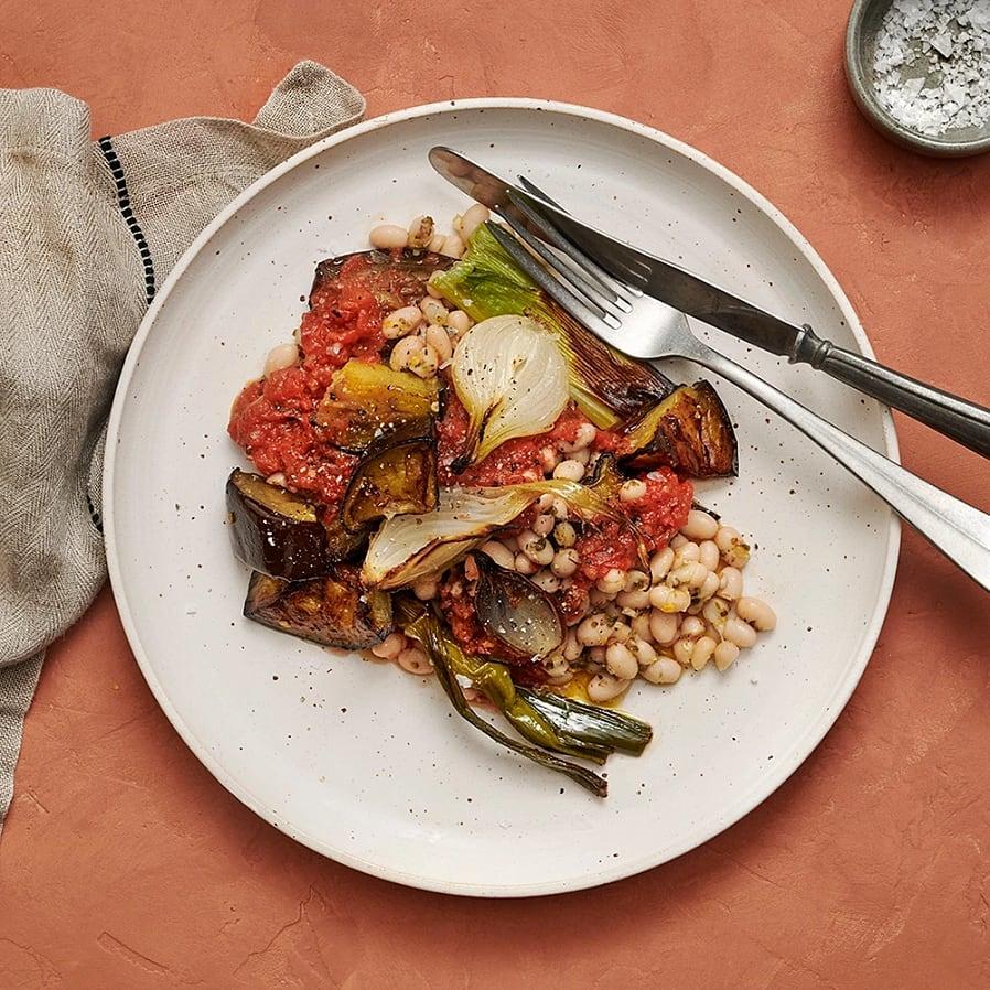 Rostad aubergine och lök med bönor och tomatsås