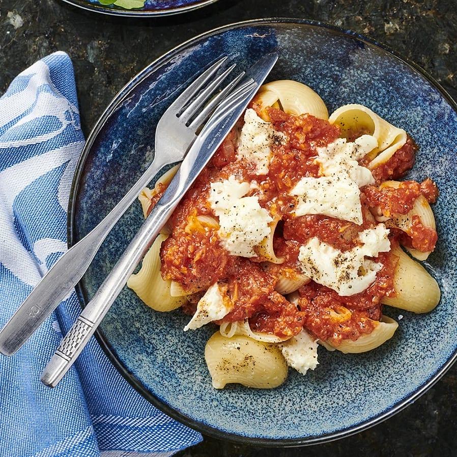 Lumaconi med mozzarella och tomatsås