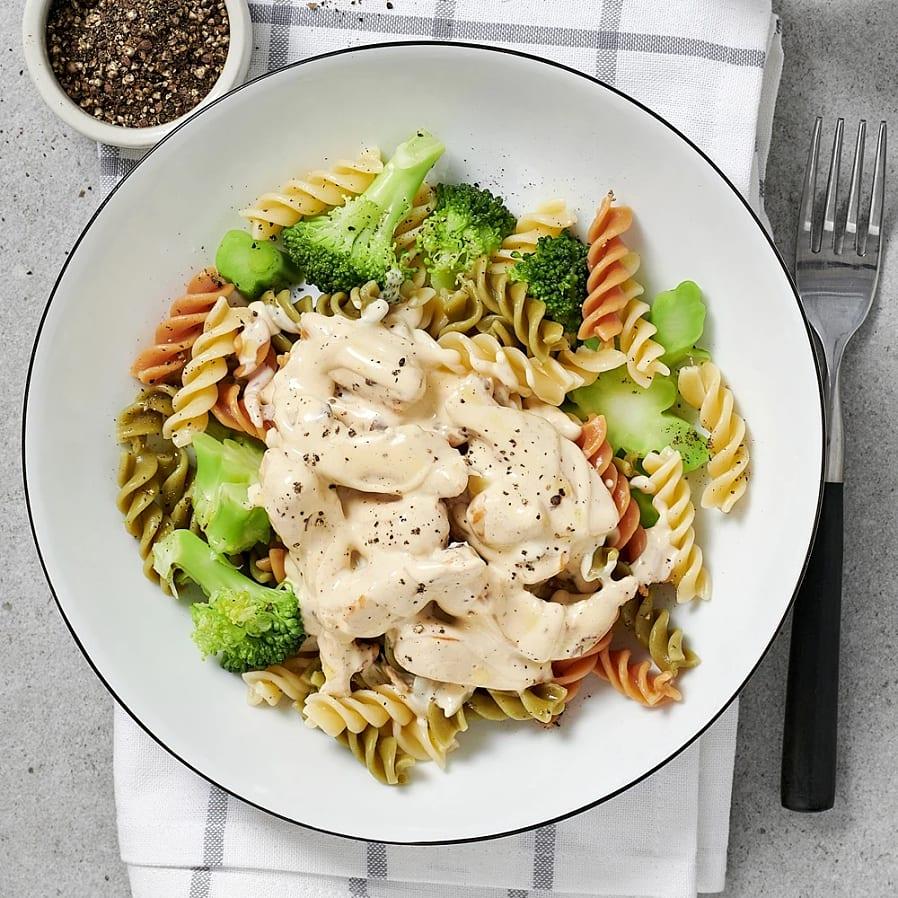 Kycklingfilé med krämig kantarellpasta och broccoli
