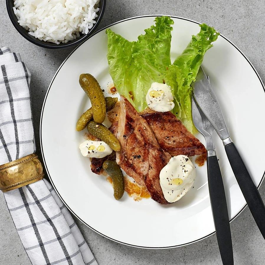 Skinkschnitzel med senapssmetana och cornichons