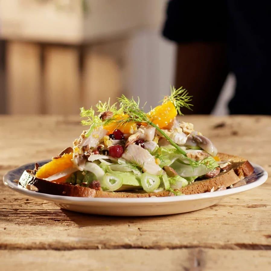Smörrebröd med sill, fänkål och mandarin