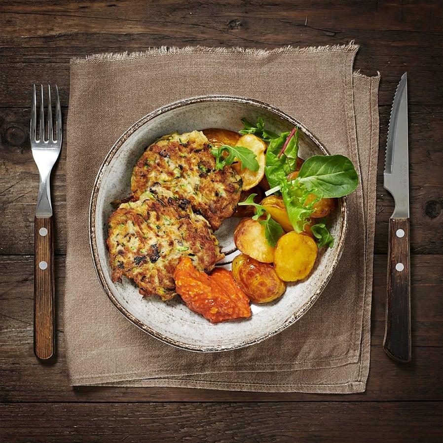 Zucchinibiffar med rostad potatis och romescosås