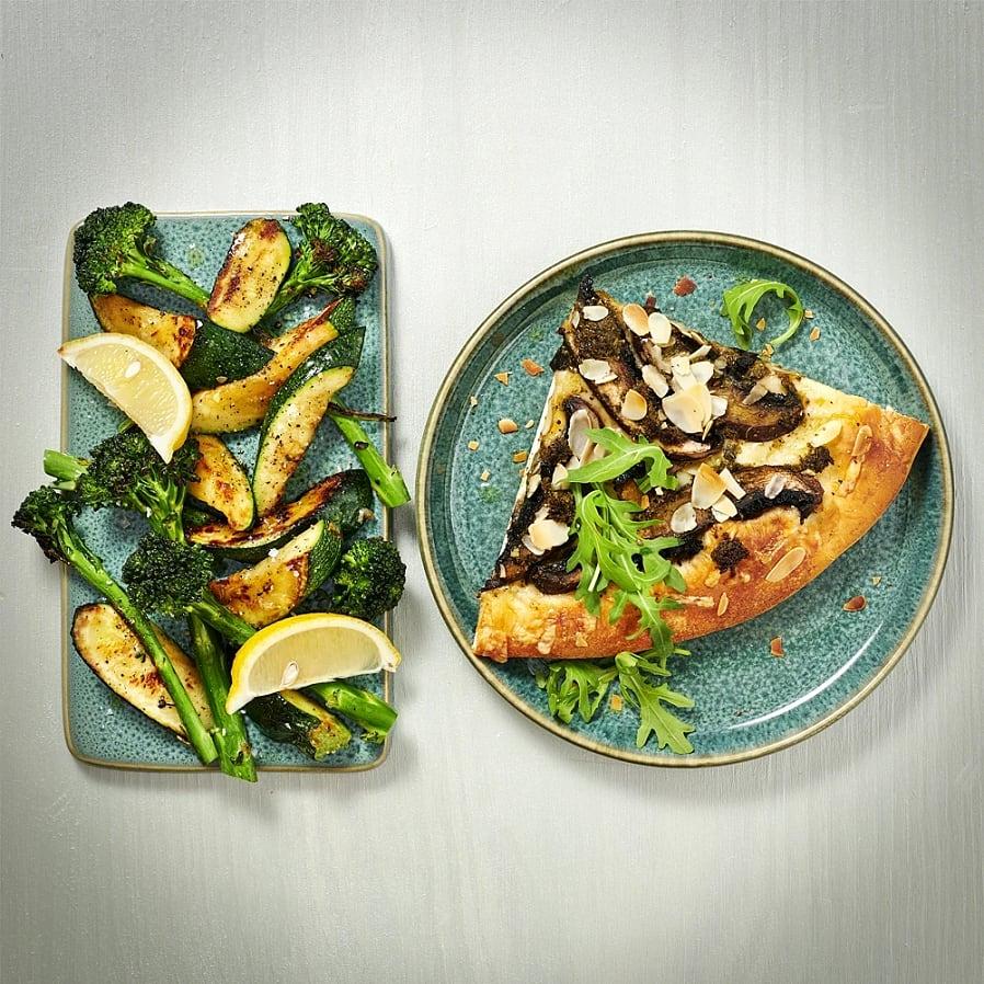 Portabellopizza med pesto och zucchinisallad