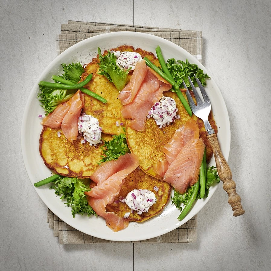 Curry- och bönpannkakor med rökt lax och rödlöksdipp