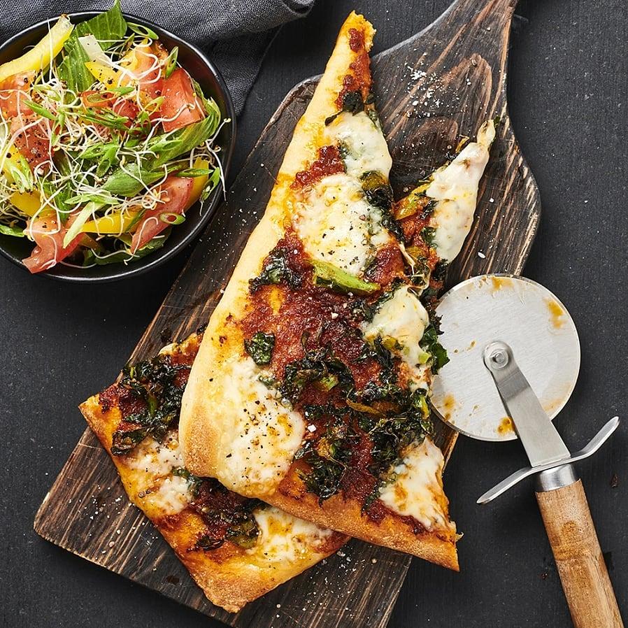Pizza med mozzarella och tomatpesto