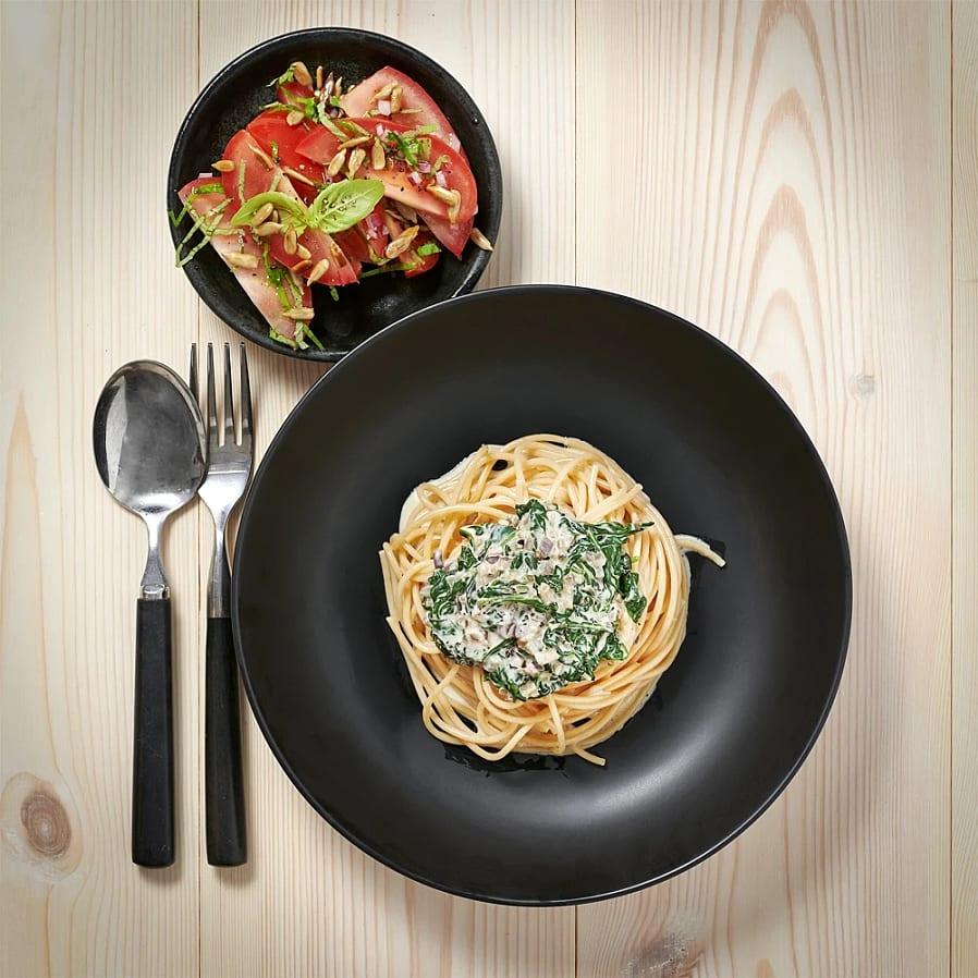 Spaghetti med spenatsås och tomatsallad
