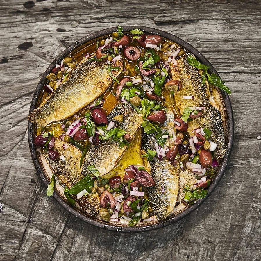 Stekt strömming med kapris, oliver och persilja
