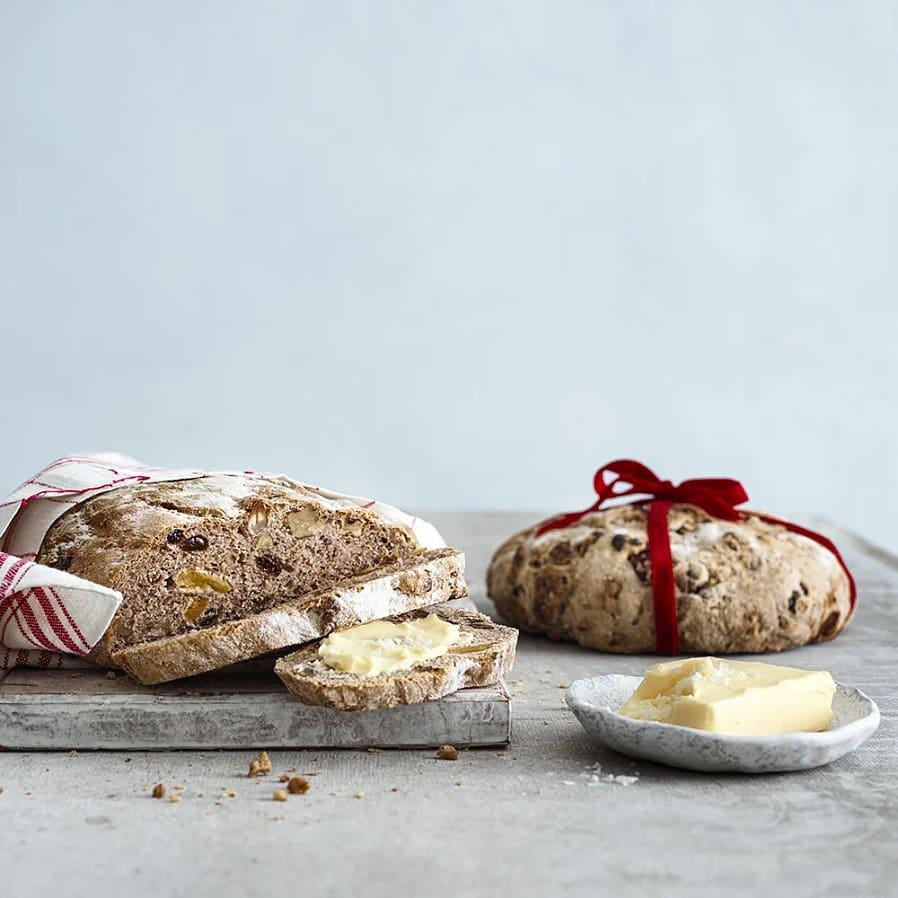 Julbröd med frukt och nötter