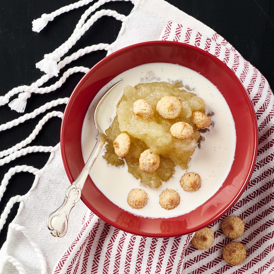 Äppelkompott med mandelbiskvier och gräddmjölk