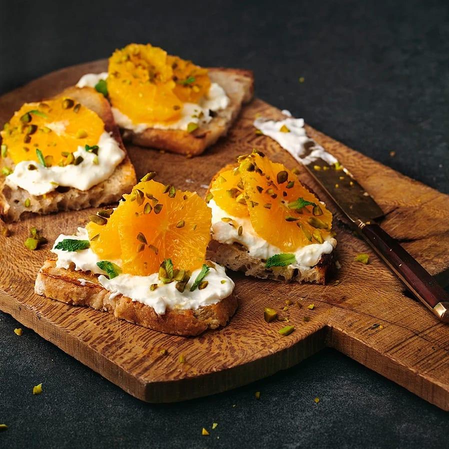 Toast med burrata, apelsin och pistage