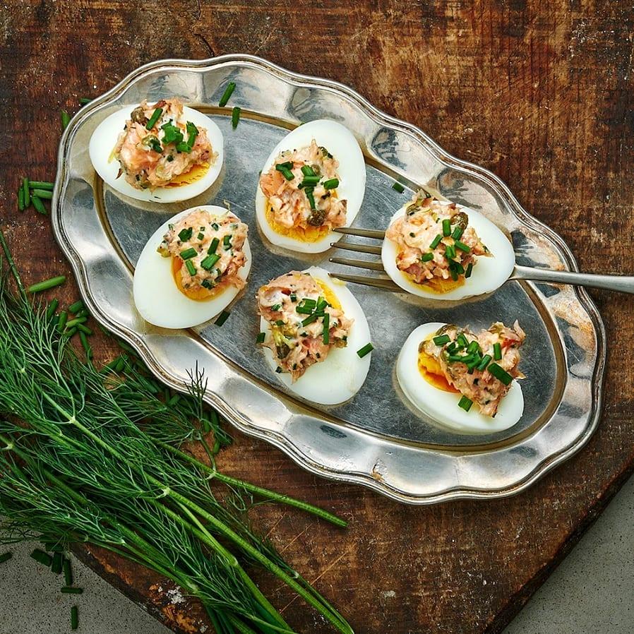 Ägghalvor med lax, kapris och citron