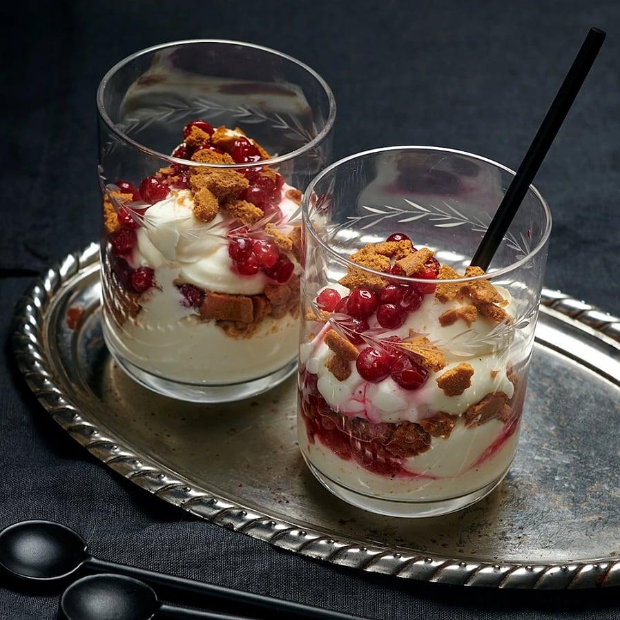 Cheesecake i glas med pepparkaka och lingon