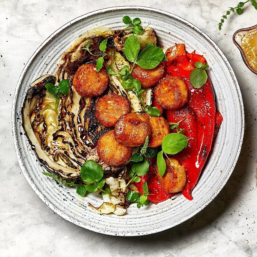 Falafel på gula ärtor med grillad paprika och spetskål