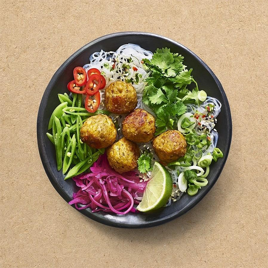 Vegetarisk poké bowl med bönbollar och snabbpicklad rödlök