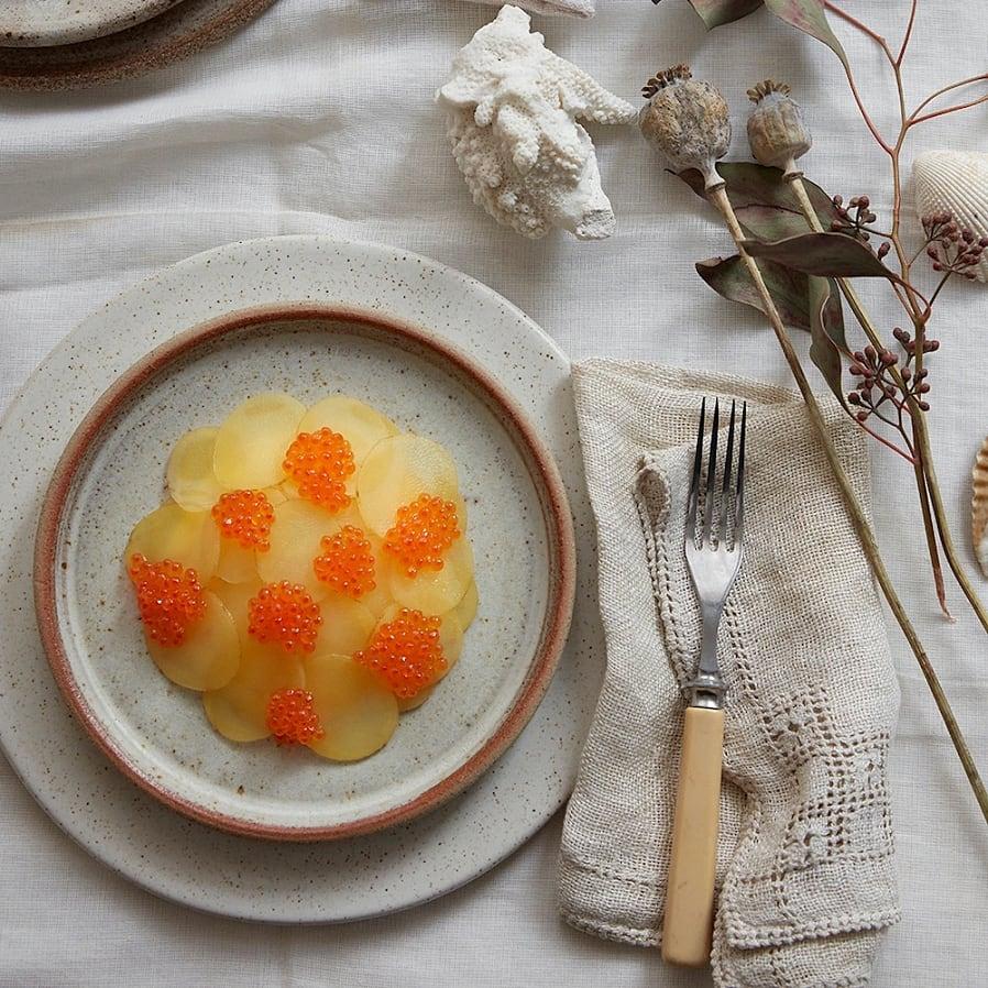 Picklad potatis med crème fraiche och regnbågsrom