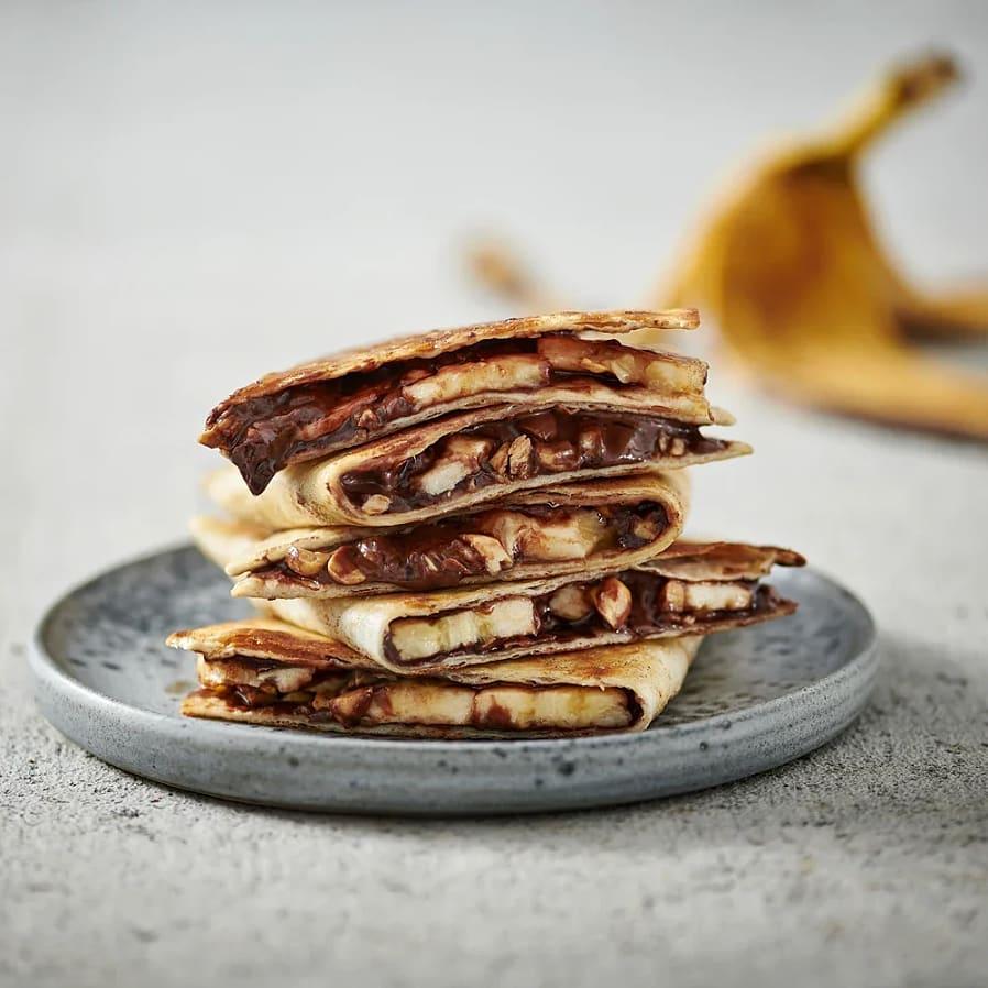 Bananquesedilla med nutella och hackade jordnötter