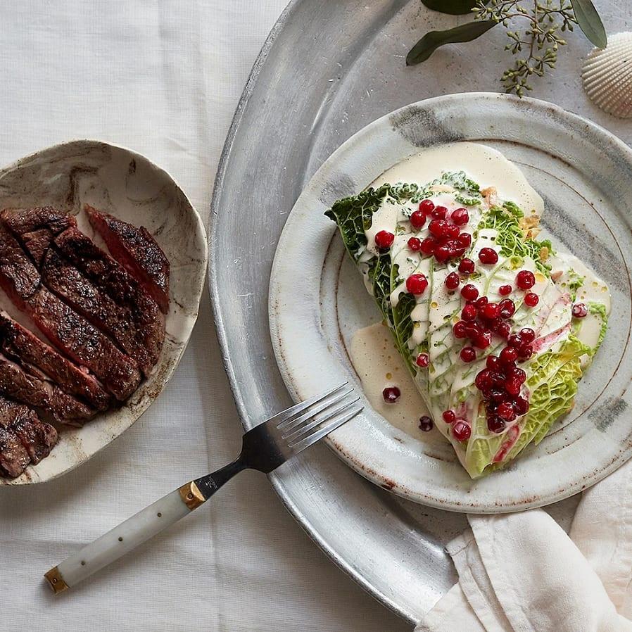 Svampfylld savoykål med lingon och entrecôte
