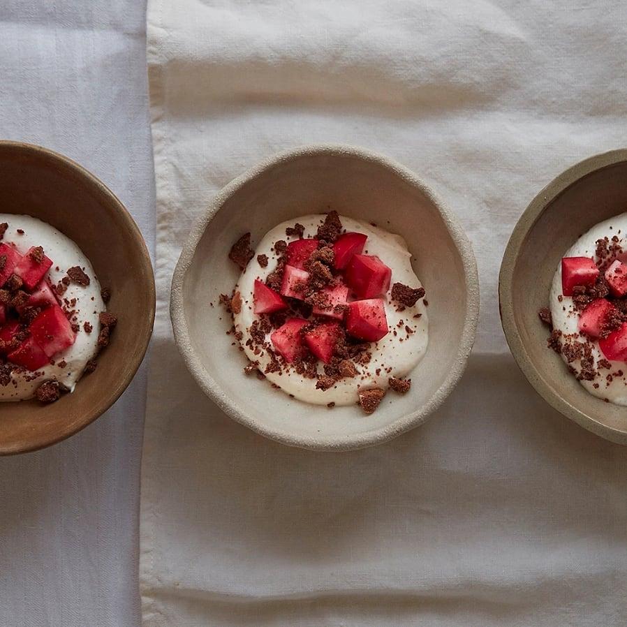 Mousse med kardemumma, äpple och rostad vit choklad