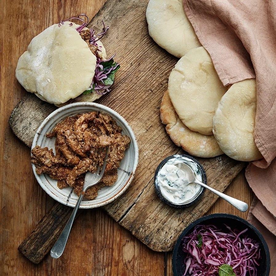 Kyckling i pitabröd med garam masala och kålsallad