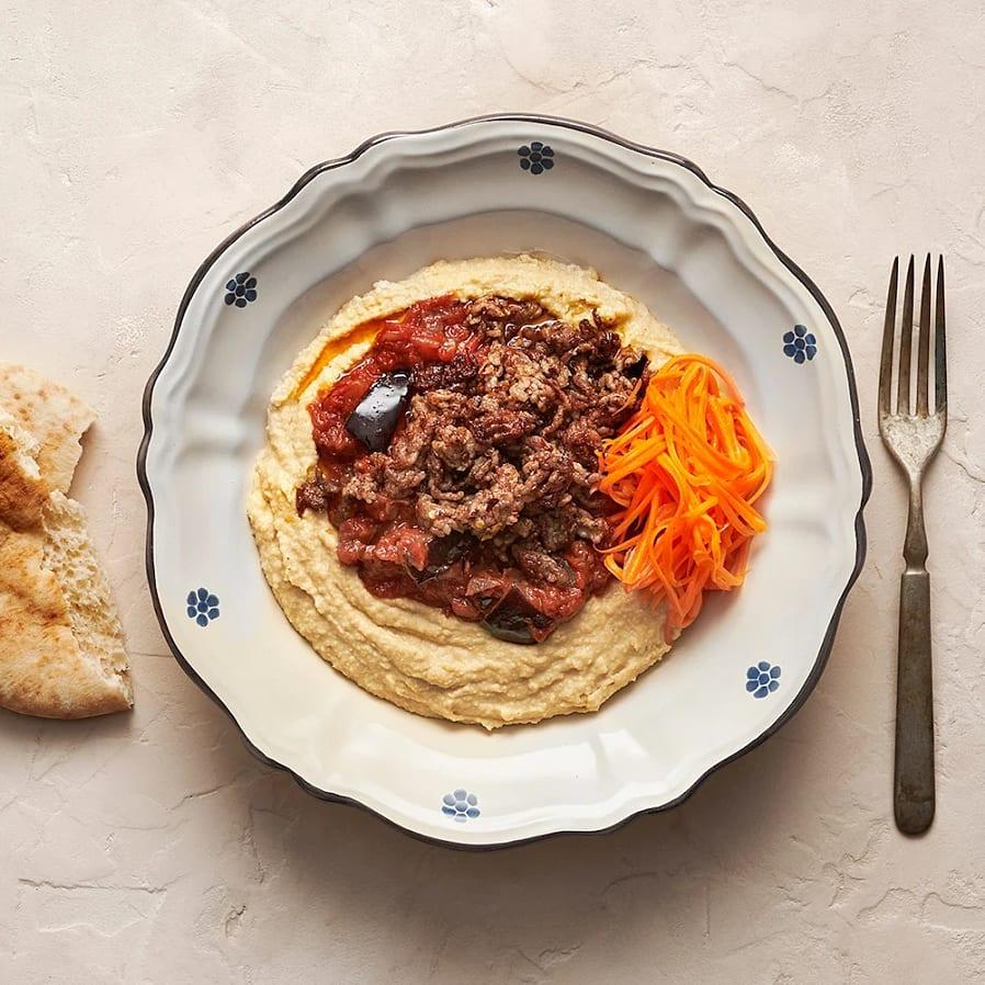 Hummus med tomatgryta, fläskfärs och picklad morot