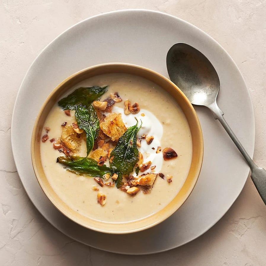 Kikärts- och blomkålssoppa med krutonger och yoghurt