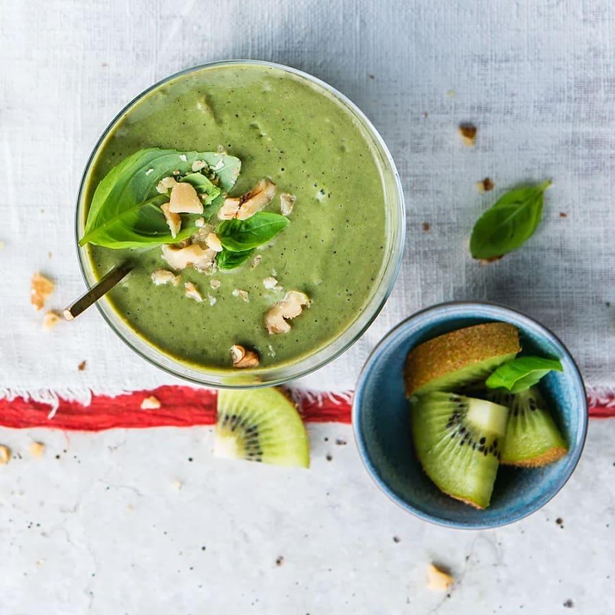 Grön smoothie med kiwi, valnötter och spenat