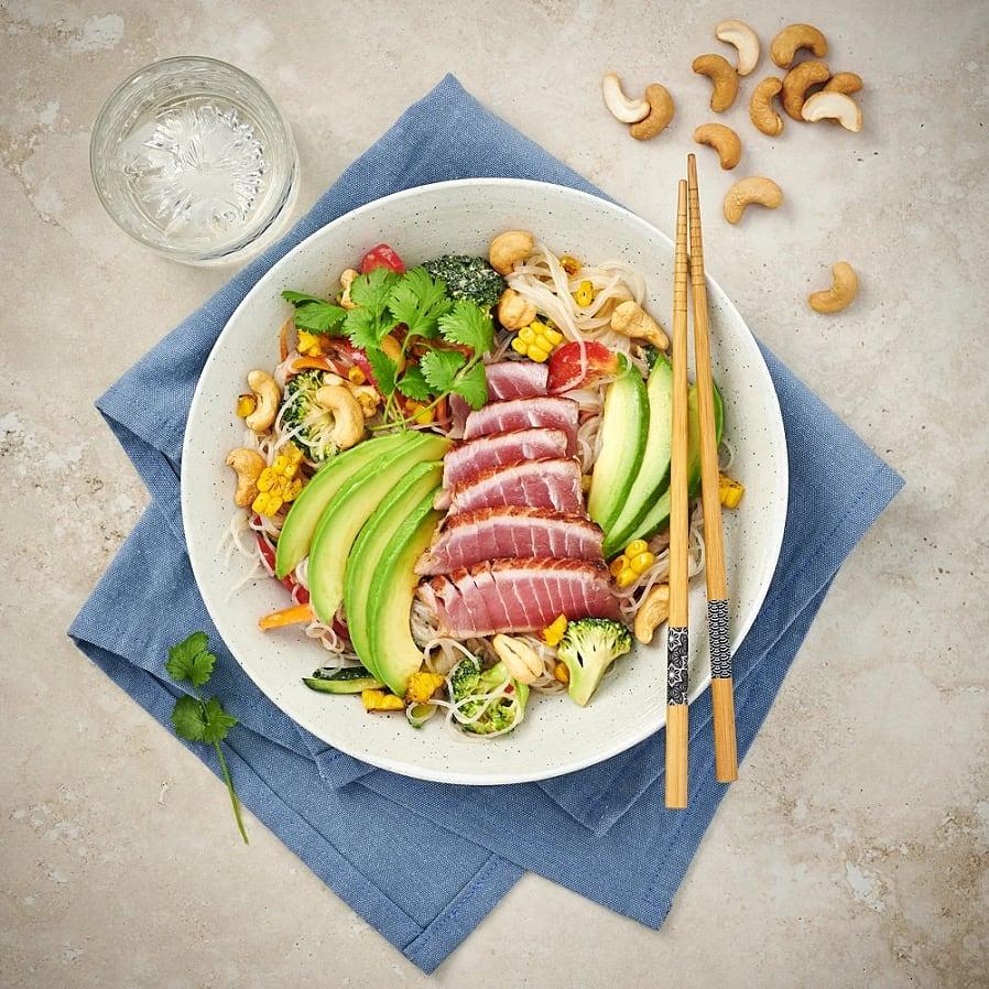 Asiatisk nudelsallad med broccoli och halstrad tonfisk