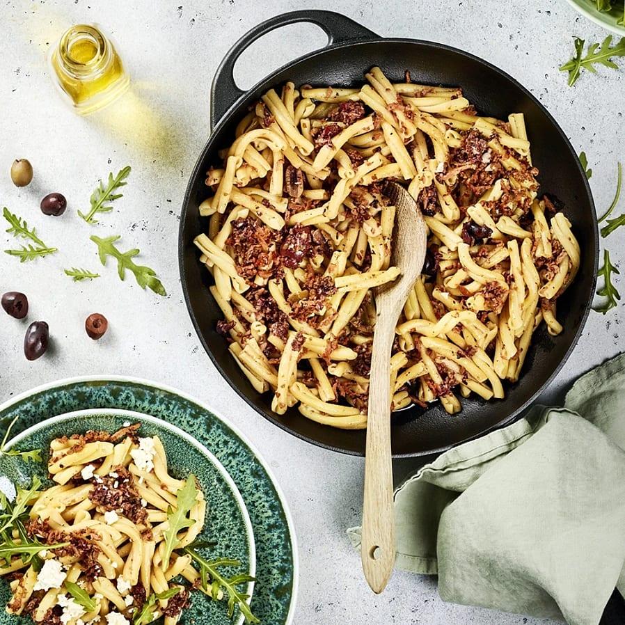 Pasta med kryddkorvsröra och oliver