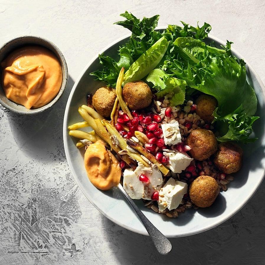Falafelsallad med fetaost och matvete