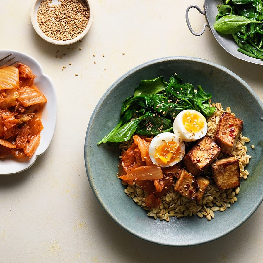 Marinerad tofu med mathavre, spenat, kimchi och ägg