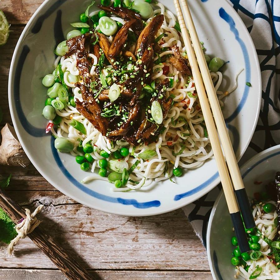 Asiatisk nudelsallad med vegochunks och limedressing