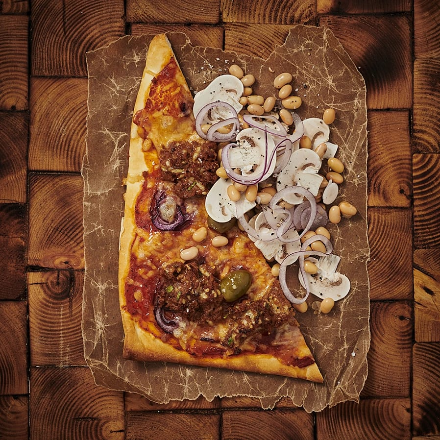 Pizza med oreganofrikadeller och champinjonsallad