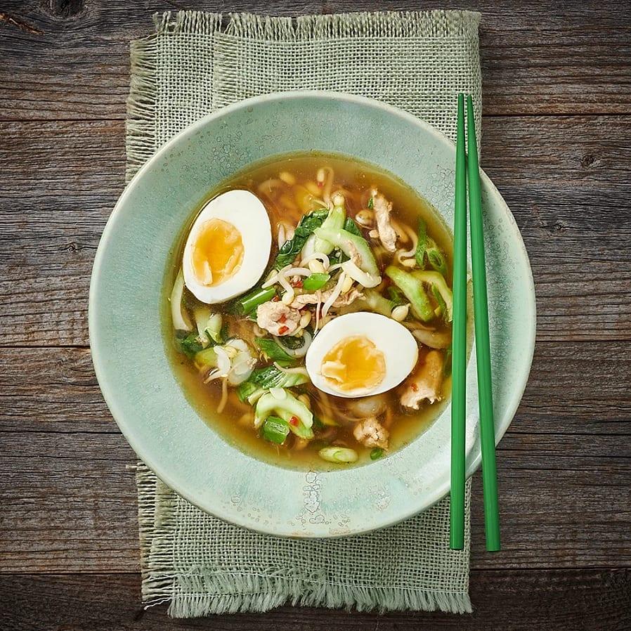 Kycklingramen med pak choi och ägg