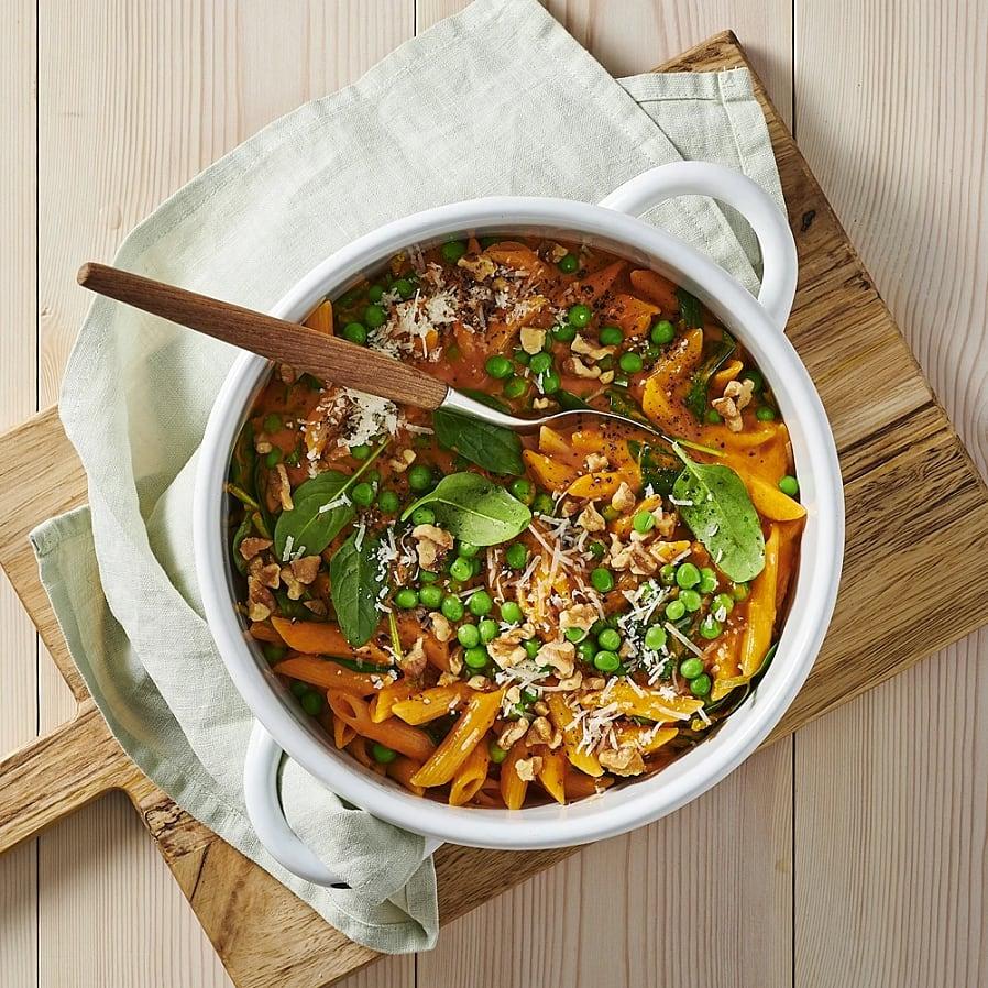 Krämig one pot pasta med tomat, vitlök och valnötter