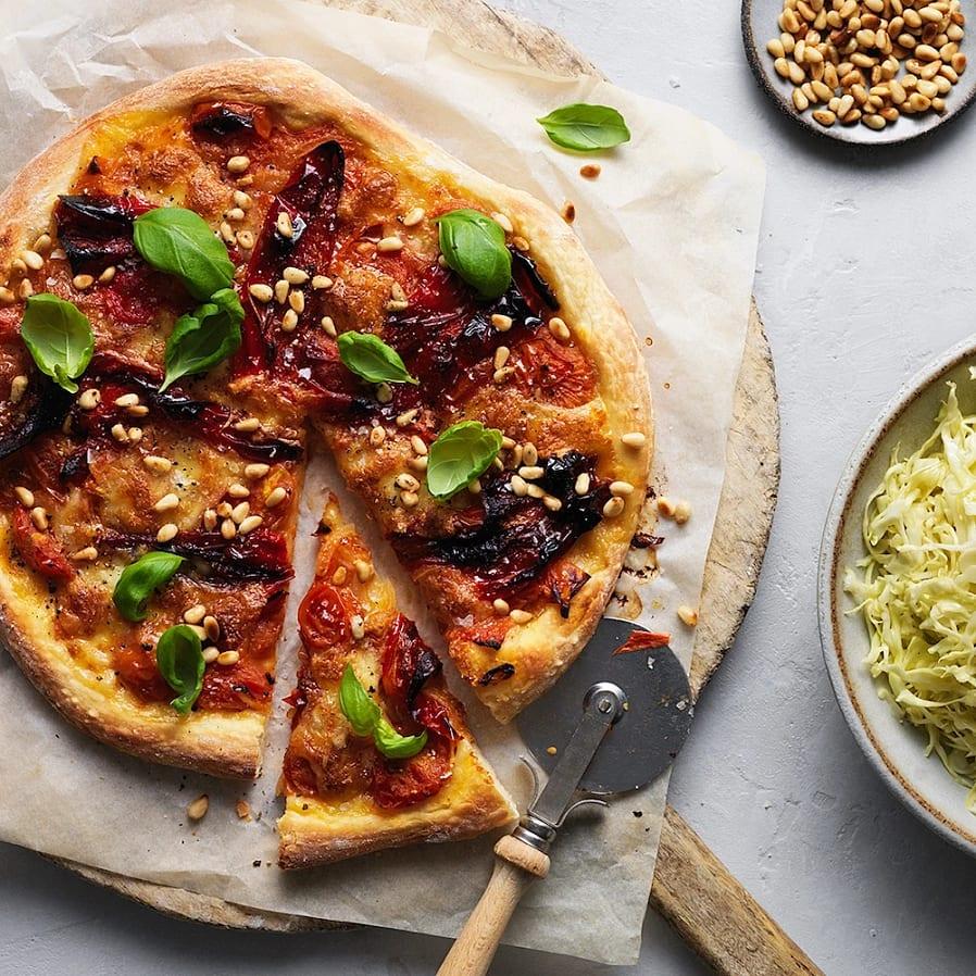 Pizza med paprika, tomat och pinjenötter