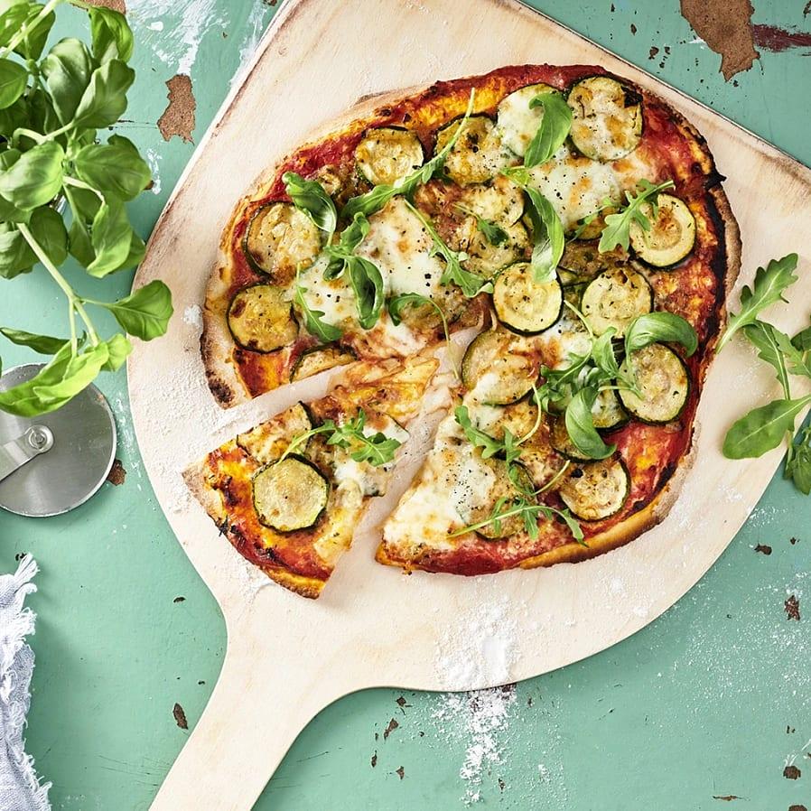 Lökpizza med zucchini och timjan