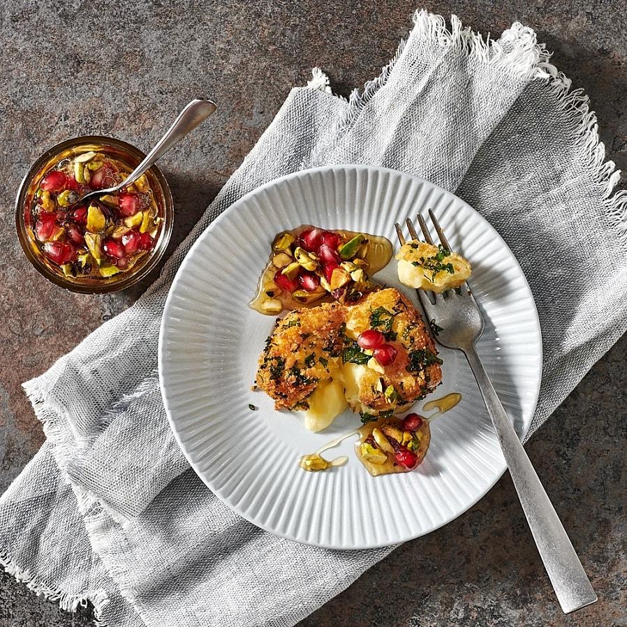 Persiljefriterad brie med granatäpple och pistagehonung