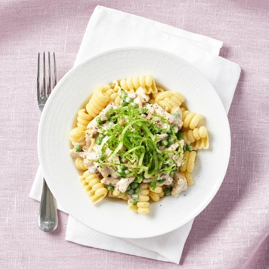 Gräddig pasta med krispigt fläsk och ärtor