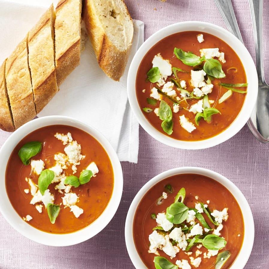 Krämig tomatsoppa med fetaost och vitlöksbröd