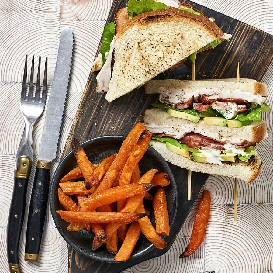 Club sandwich med kycklingbacon