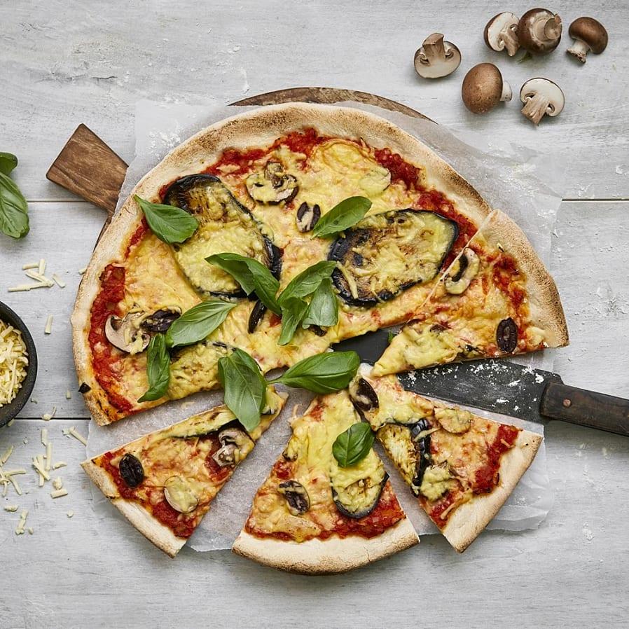 Pizza med aubergine, svamp och oliver