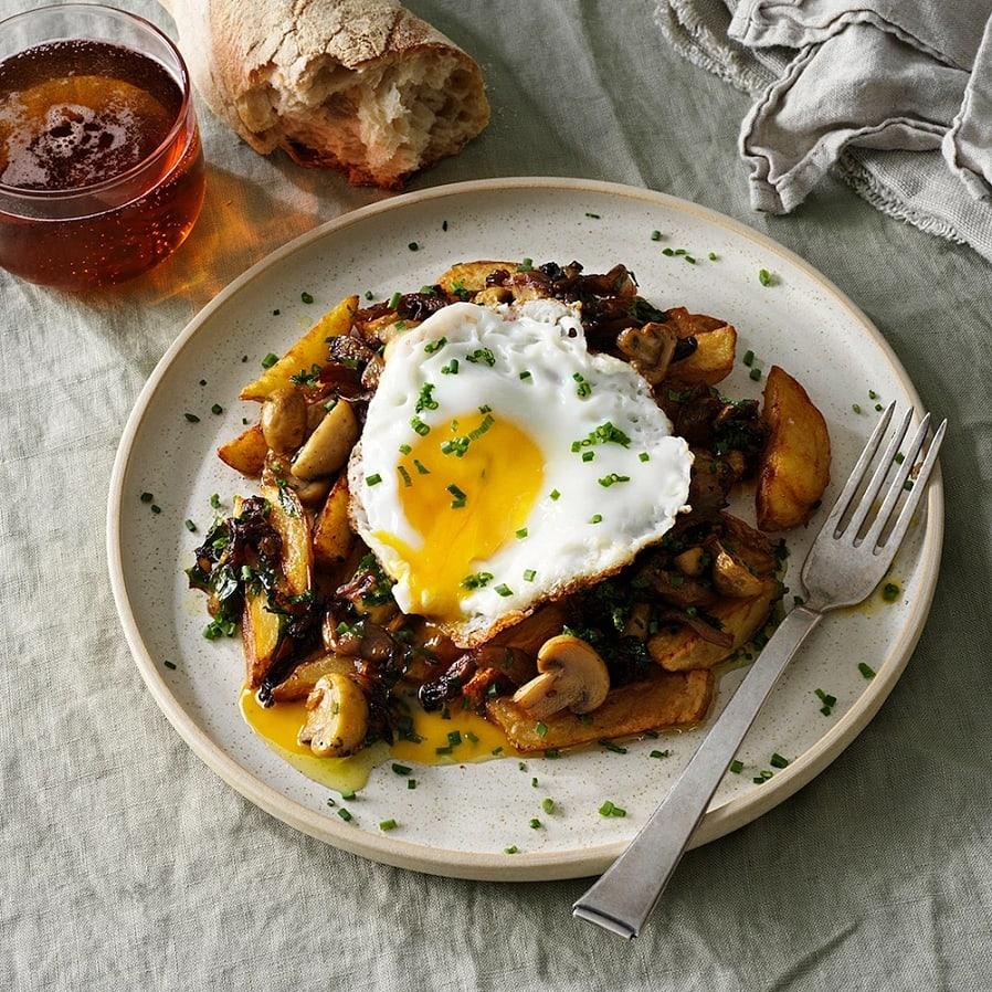Friterad potatis med stekt ägg och svamp