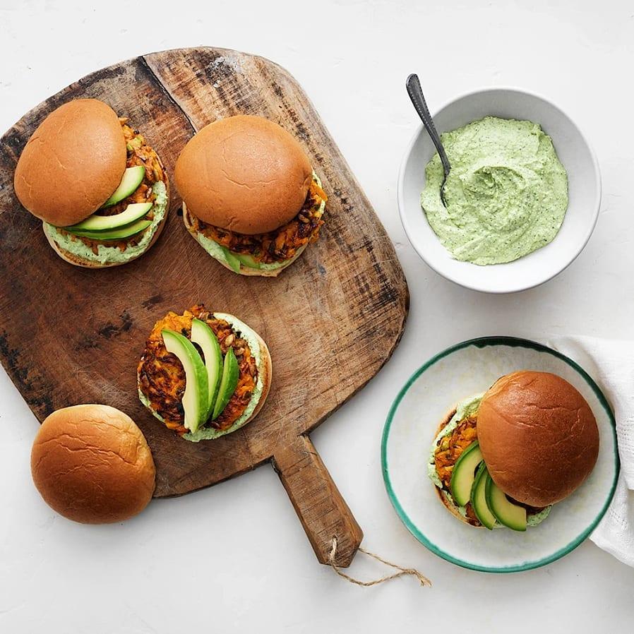 Morotsburgare med fetaostkräm och avokado