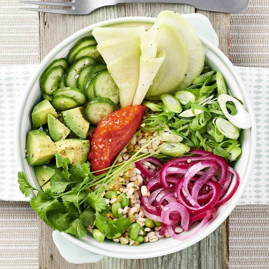 Linsbowl med avokado och picklad rödlök