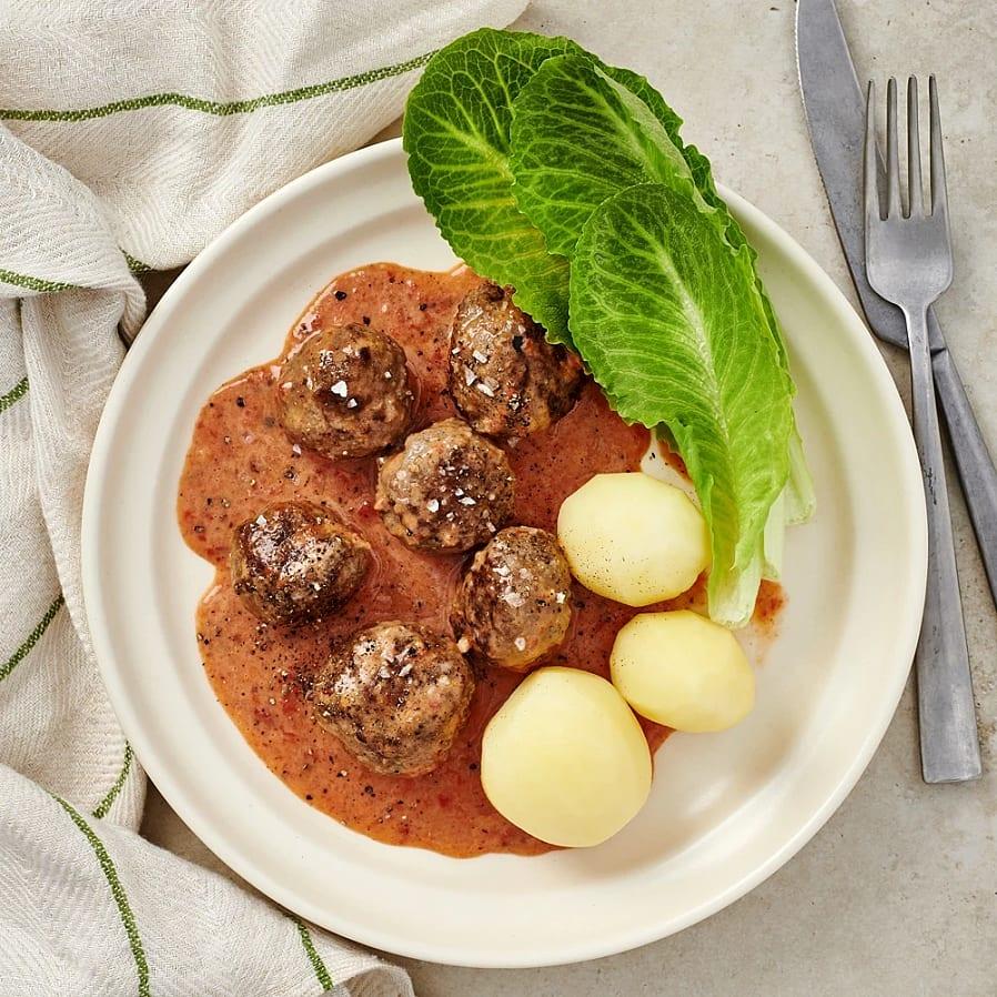 Köttbullar i paprikasås med potatis och sallad