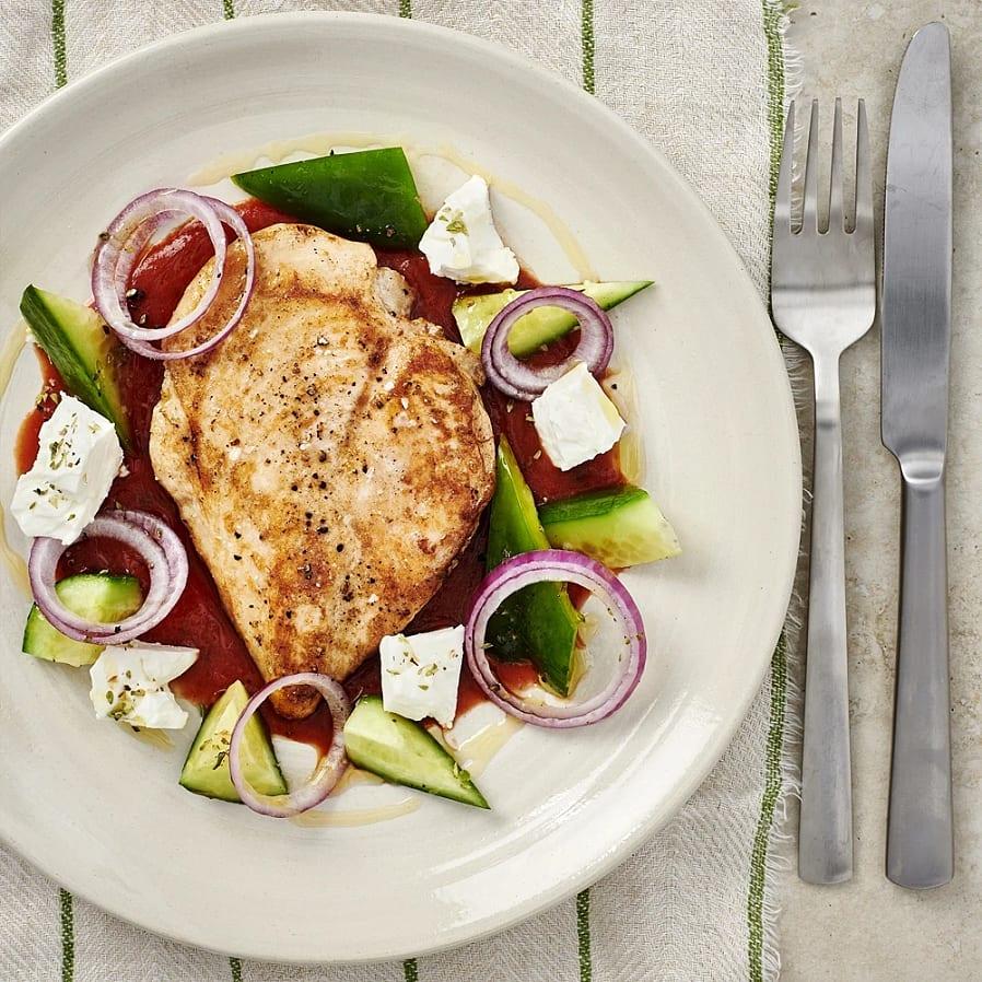 Vitlöksstekt kycklingfilé med grekisk sallad