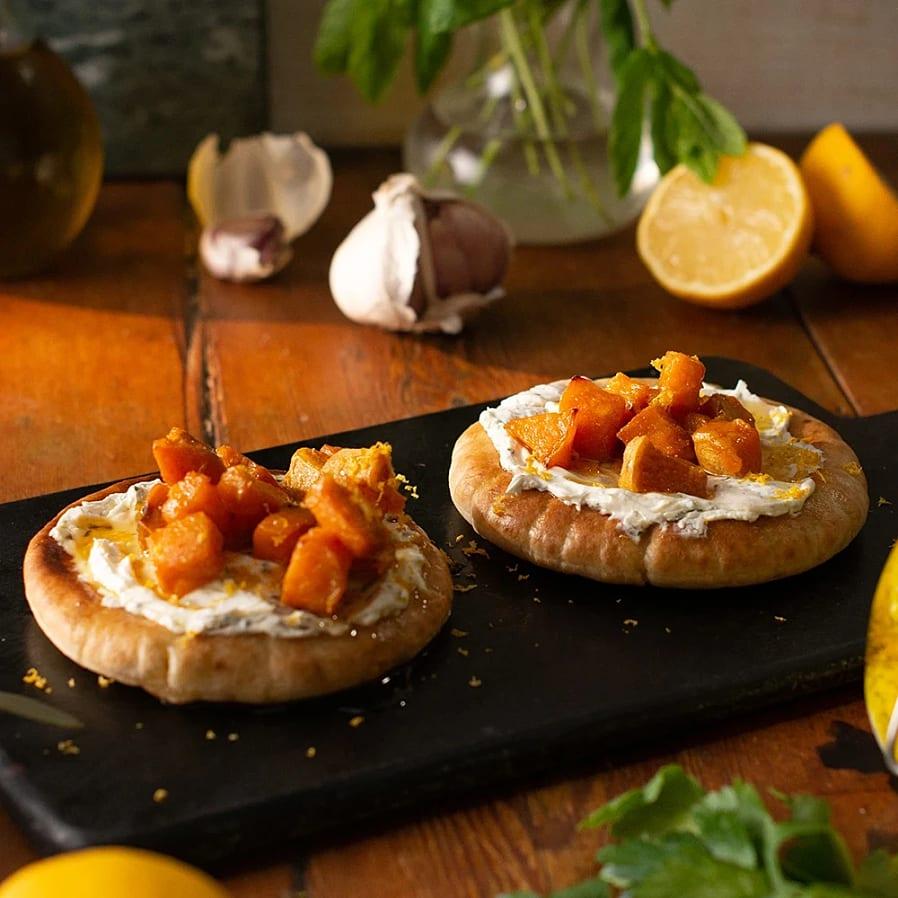 Pitabröd med labneh och ugnsrostad sötpotatis